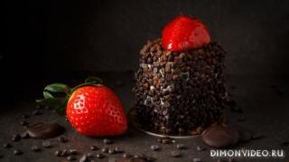 desert-pirozhnoe-shokolad-klubnika