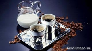 kofe-chashki-moloko-zerna-podnos