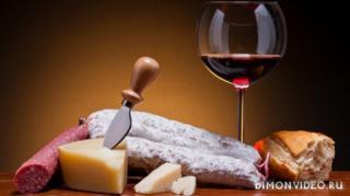stol-kolbasa-syr-khleb-bokal-vino