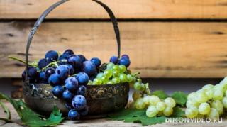 vinograd-belyy-krasnyy-grozdi