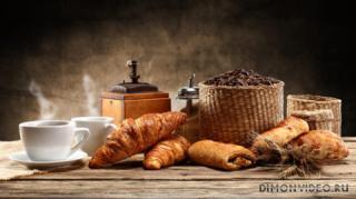 chashki-blyudce-kofe-dymok-hleb