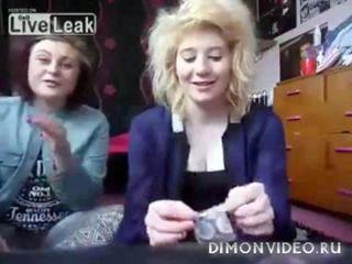 Девчонки показывают очень странный трюк с презервативом