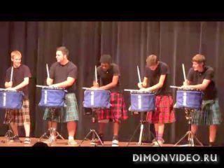 Крутая игра шотландских барабанщиков