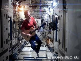 канадский астронавт спел на орбите хит Дэвида Боуи A Space Oddity